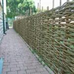 Забор из бамбука и других природных материалов